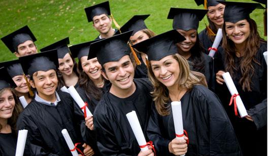 Formandos com beca e diploma