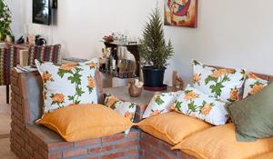 Casa de praia com decoração rústica, econômica e sustentável