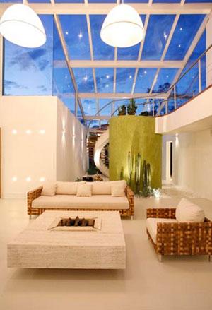 Sala de estar com claraboia de vidro