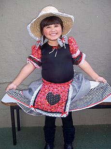 menina vestida com roupa caipira