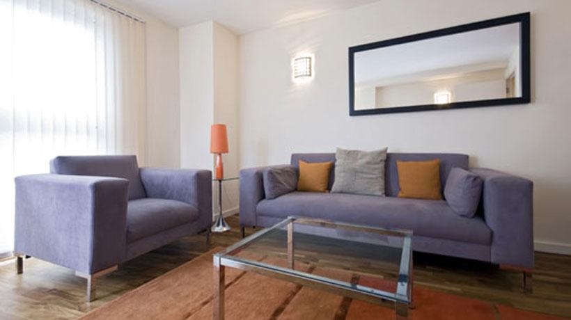 Sala decorada com sofá roxo