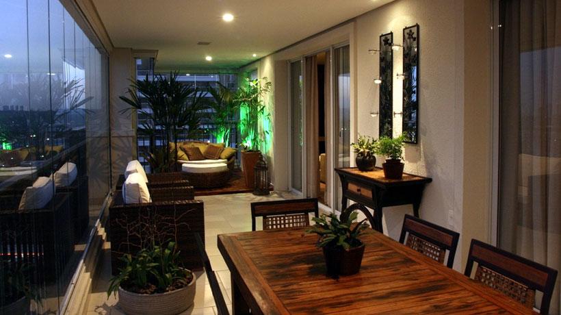 Decoração de varanda com sofá e mesa de jantar