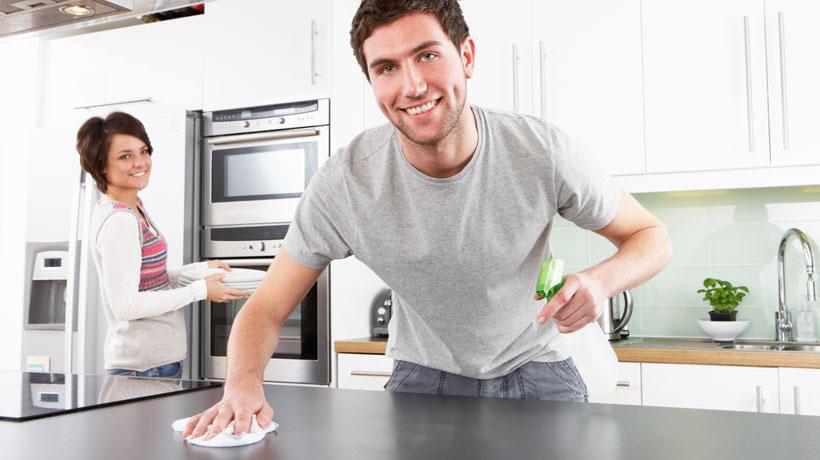 Homem limpando bancada e