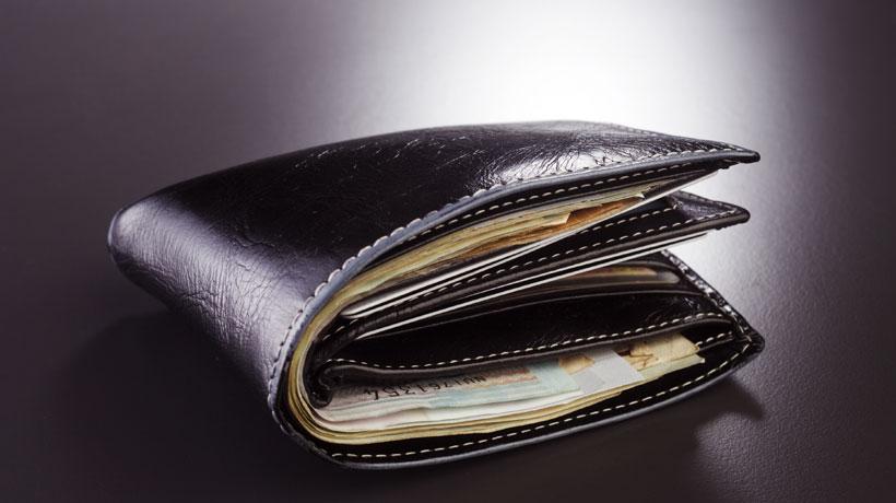 Carteira abarrotada de dinheiro
