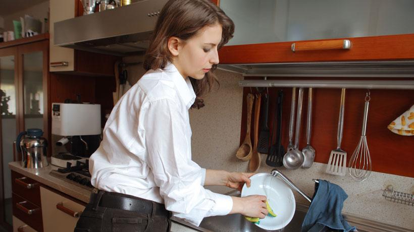 Mulher lavando louça