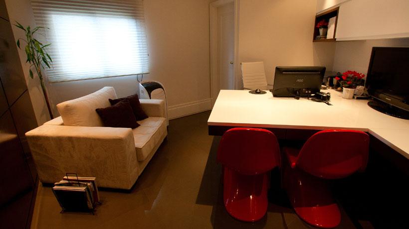 Home office com cadeiras em vermelho