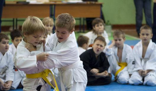 Crianças em aula de karatê