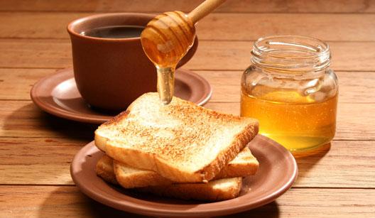 Xicara de café, com pão e mel