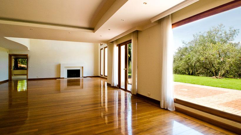 Interior de casa com piso de madeira