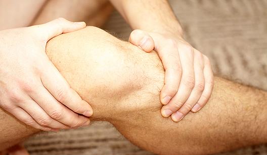 Homem com dor no joelho
