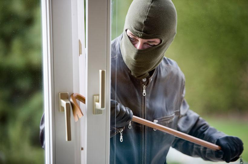 Ladrão arrombando porta