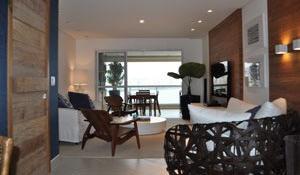 Sala integrada tem decoração contemporânea e rústica