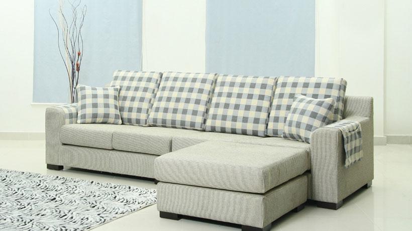 Sofá cinza com chaise e almofadas
