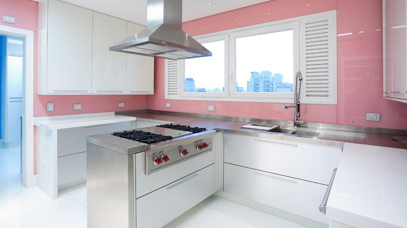 Cozinha decorada com tons candy color
