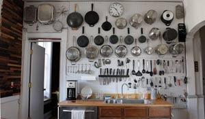 Cozinha com panelas aparentes