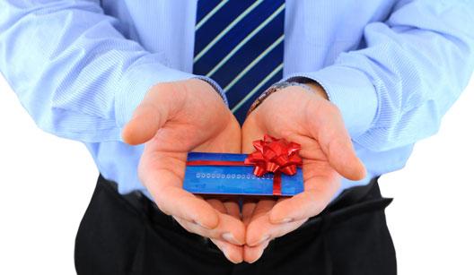 Homem dando um gift card de presente