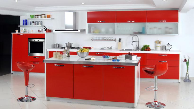 Cozinha com decoração na cor vermelha