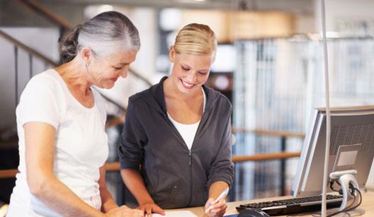 Duas mulheres assinando contrato
