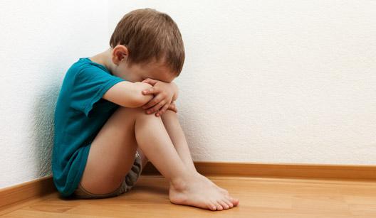 Menino chorando sentado