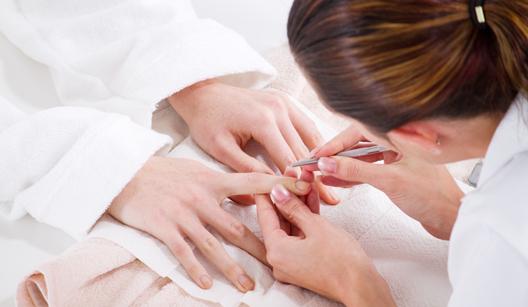 manicure tirando cutículas