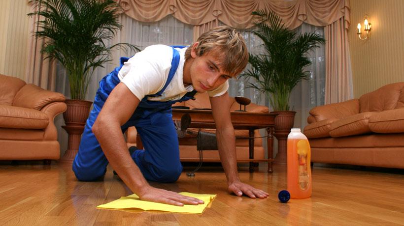 Homem limpando chão