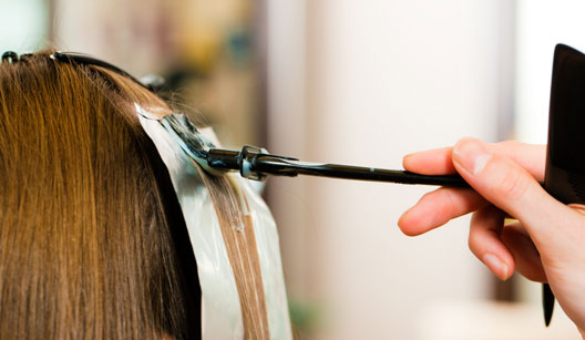 Pessoa colorindo os cabelos
