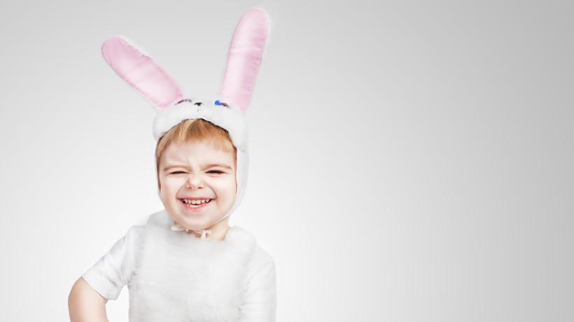 Criança usando orelhas