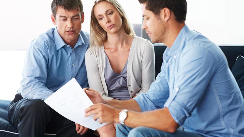 casal conversando com corretor de seguros