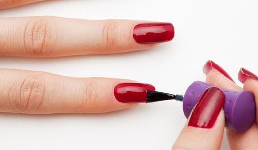 Mulher pintando as unhas