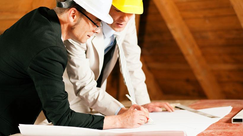 arquitetos com planta de construção