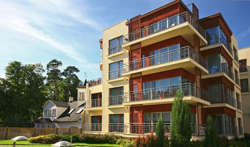 prédio de apartamentos com jardim