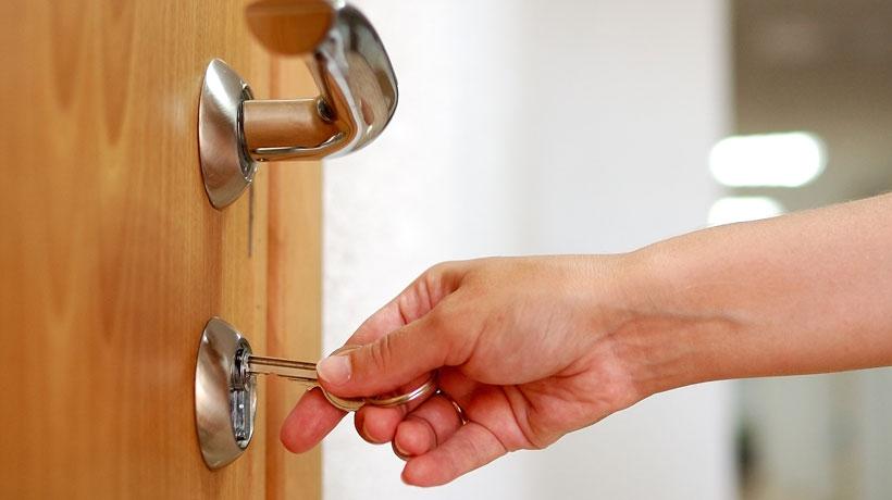 Pessoa trancando porta
