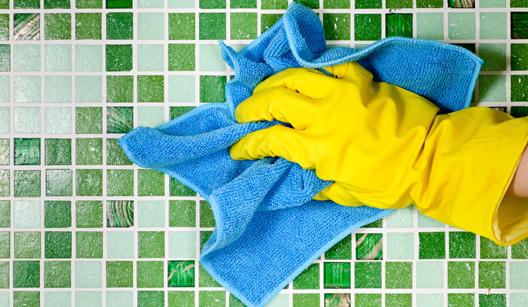 pessoa limpando azulejos