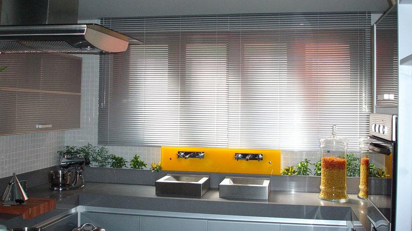 Complemente a decoração da sua casa com cortinas e persianas