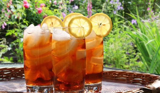 Copos de chá gelado decorado com limão