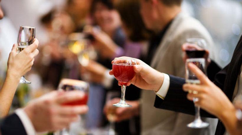 pessoas brindando em festa