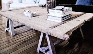 Porta velha + cavaletes = mesa