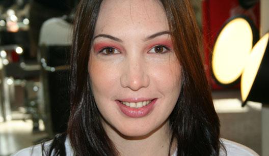 Mulher com maquiagem de sombra vermelha