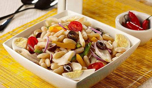 Salada colorida de feijão com bacalhau