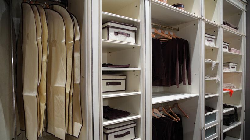 Guarda-roupa com roupas em sacos de TNT