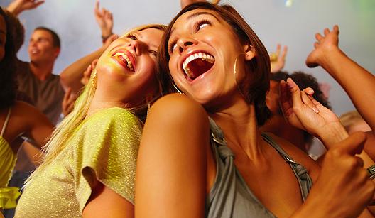 Duas mulheres na festa, dançando