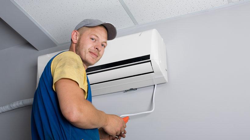 Homem instalando um ar condicionado split