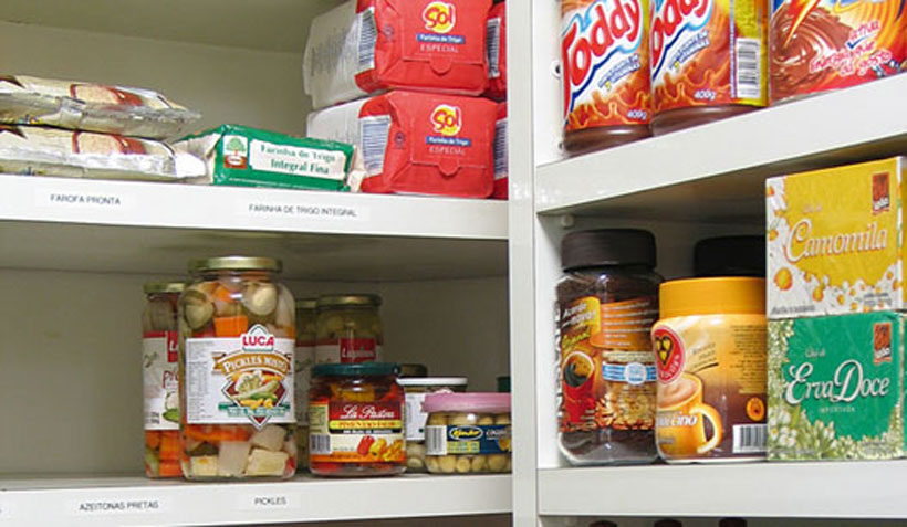 produtos em prateleiras de armário