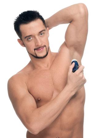 homem sem camisa usando desodorante