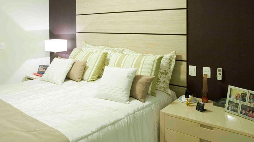 Revestimento de madeira em quarto de casal