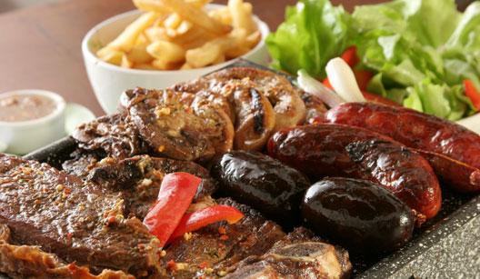 Parrila argentina é feita com carne e miúdos
