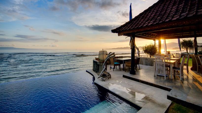 Casa com piscina construída na beira da praia