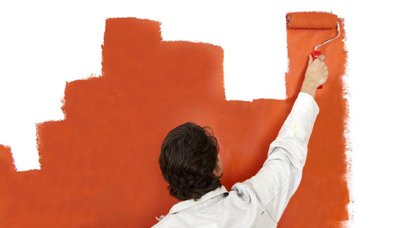 homem pintando parede