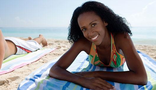 Mulher tomando sol na praia