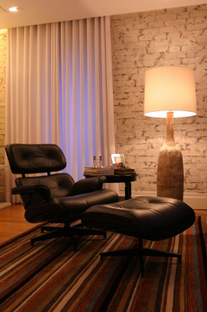 Sala com abajur em pé de cerâmica